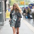 """Blake Lively (enceinte) (jupe et manteau Michelle Kim, top Loup, sac Collina Strada) à New York le 18 octobre 2014"""