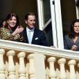 La princesse Caroline de Hanovre et la princesse Stéphanie de Monaco  aux fenêtres du salon des Glaces du palais princier, à Monaco, lors de la présentation officielle des jumeaux la princesse Gabriella et le prince héréditaire Jacques, enfants du prince Albert II et de la princesse Charlene, le 7 janvier 2015
