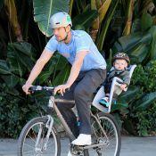 Josh Duhamel : En balade avec son fils, l'acteur se met au vélo !