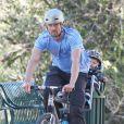 Josh Duhamel fait du vélo avec son fils Axl à Santa Monica, le 4 janvier 2015.