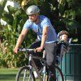 Josh Duhamel fait du vélo avec son fils Axl à Santa Monica, le 4 janvier 2015