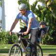 Josh Duhamel fait du vélo avec son fils Axl, le 4 janvier 2015.