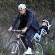 Josh Duhamel fait du vélo avec son fils Axl dans les rues de Brentwood, le 3 janvier 2015
