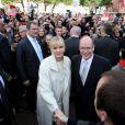 Le prince Albert II de Monaco et la princesse Charlene de Monaco sont descendus saluer longuement les quelque 5 000 Monégasques venus assister à  la présentation officielle des   jumeaux Gabriella et Jacques, le 7 janvier 2015.