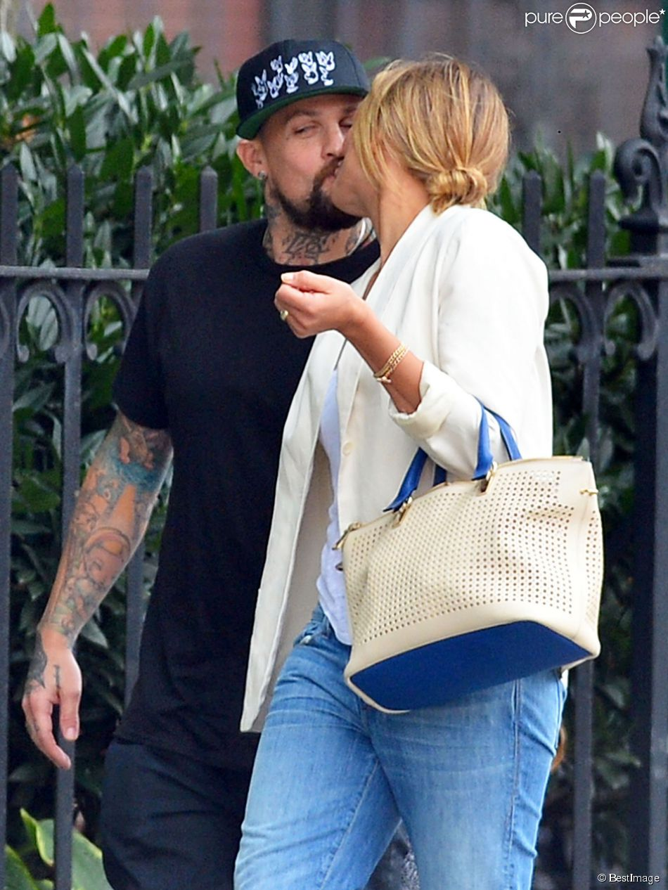 Exclusif - Cameron Diaz et Benji Madden se tiennent la main et échangent un baiser lors d'une promenade romantique à New York, le 8 septembre 2014.