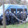 Les forces de police s'organisent aux alentours de l'entrepôt où se seraient retranchés les frères Kouachi à Dammartin-en-Goële, les suspects présumés de l'attaque terroriste dans les locaux du magazine Charlie Hebdo. Le 9 janvier 2015.