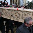 Sortie du cercueil de Tignous (Bernard Verlhac) de la mairie de Montreuil, le 15 janvier 2015. Il est mort à 57 ans, assassiné dans l'attentat contre Charlie Hebdo.