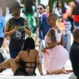 Amber Rose se relaxe au bord d'une piscine à Miami, le 17 janvier 2015.