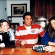 Marc Cécillon chez lui à Bourgoin-Jallieu en 1996 avec ses deux filles Angélique et Céline.