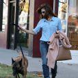 Eva Mendes se rend chez le coiffeur avec son chien a West Hollywood, le 16 octobre 2013.