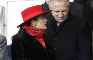 Salma Hayek : Radieuse dans le froid au côté de son époux, malgré la défaite