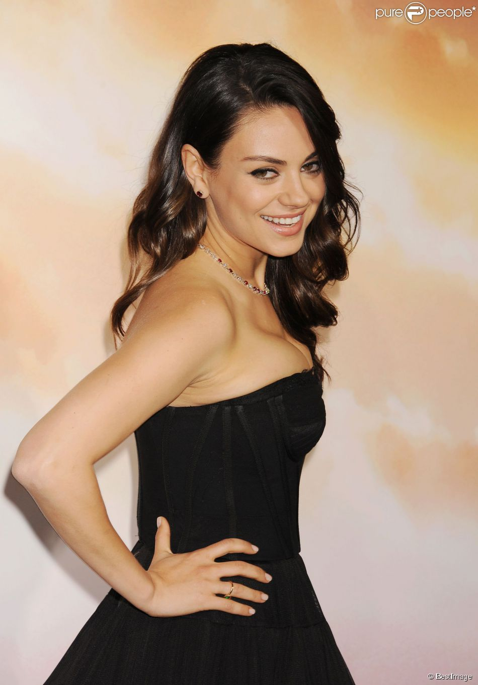 mila kunis premi re du film jupiter le destin de l 39 univers los angeles le 2 f vrier 2015. Black Bedroom Furniture Sets. Home Design Ideas