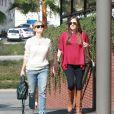 Reese Witherspoon fait du shopping avec une amie à Los Angeles, le 6 février 2015.