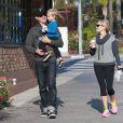 Reese Witherspoon, son mari Jim Toth et leur fils Tennessee se promenant dans les rues de Los Angeles après avoir été au Starbucks le 6 février 2015