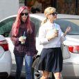 Reese Witherspoon et sa fille Ava, les cheveux roses, dégustent une boisson rafraîchissante alors qu'elles se promènent à Brentwood, le 4 février 2015.