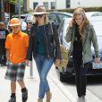 Reese Witherspoon avec ses enfants Ava et Deacon à Brentwood, le 18 avril 2014