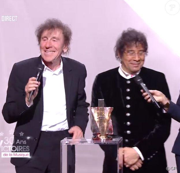 Alain Souchon et Laurent Voulzy récompensés aux 30e Victoires de la musique, au Zénith de Paris, le 13 février 2015.