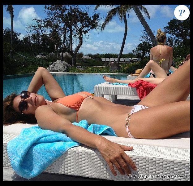 Rande Gerber poste une photo de sa chérie en bikini pour fêter la Saint Valentin, le 15 février 2015.