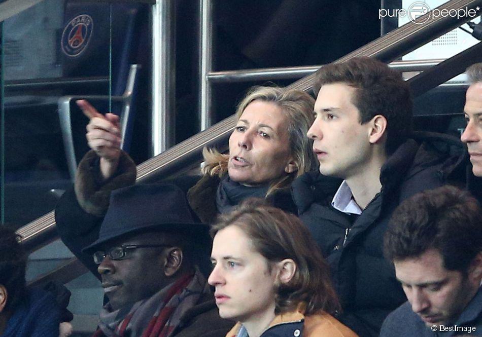 Claire Chazal complice avec son fils François Poivre d'Arvor lors du match de Ligue des Champions le Paris Saint-Germain et Chelsea au Parc des Princes, à Paris le 17 février 2015