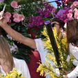 """Tonya Kinzinger, Rayane Bensetti et Denitsa Ikonomova (selfie) - Première bataille de fleurs sur la Promenade des Anglais lors du 131ème carnaval de Nice """"Roi de la Musique"""", avec une partie des membres de """"Danse avec les stars"""", le 18 février 2015."""