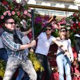 """Guillaume Foucault, Jean-Marc Généreux, Tonya Kinzinger, Rayane Bensetti et Denitsa Ikonomova - Première bataille de fleurs sur la Promenade des Anglais lors du 131ème carnaval de Nice """"Roi de la Musique"""", avec une partie des membres de """"Danse avec les stars"""", le 18 février 2015."""