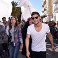 """Katrina Patchett et Rayane Bensetti - Première bataille de fleurs sur la Promenade des Anglais lors du 131ème carnaval de Nice """"Roi de la Musique"""", avec une partie des membres de """"Danse avec les stars"""", le 18 février 2015."""
