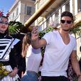 """Rayane Bensetti - Première bataille de fleurs sur la Promenade des Anglais lors du 131ème carnaval de Nice """"Roi de la Musique"""", avec une partie des membres de """"Danse avec les stars"""", le 18 février 2015."""