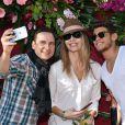 """Jean-Marc Généreux, Tonya Kinzinger et Rayane Bensetti (selfie) - Première bataille de fleurs sur la Promenade des Anglais lors du 131ème carnaval de Nice """"Roi de la Musique"""", avec une partie des membres de """"Danse avec les stars"""", le 18 février 2015."""