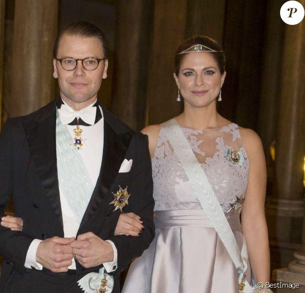 La princesse Victoria de Suède et la princesse Madeleine de Suède, enceinte, arrivant avec le prince Daniel, le 11 février 2015 au palais royal à Stockholm, pour le premier dîner officiel de l'année.