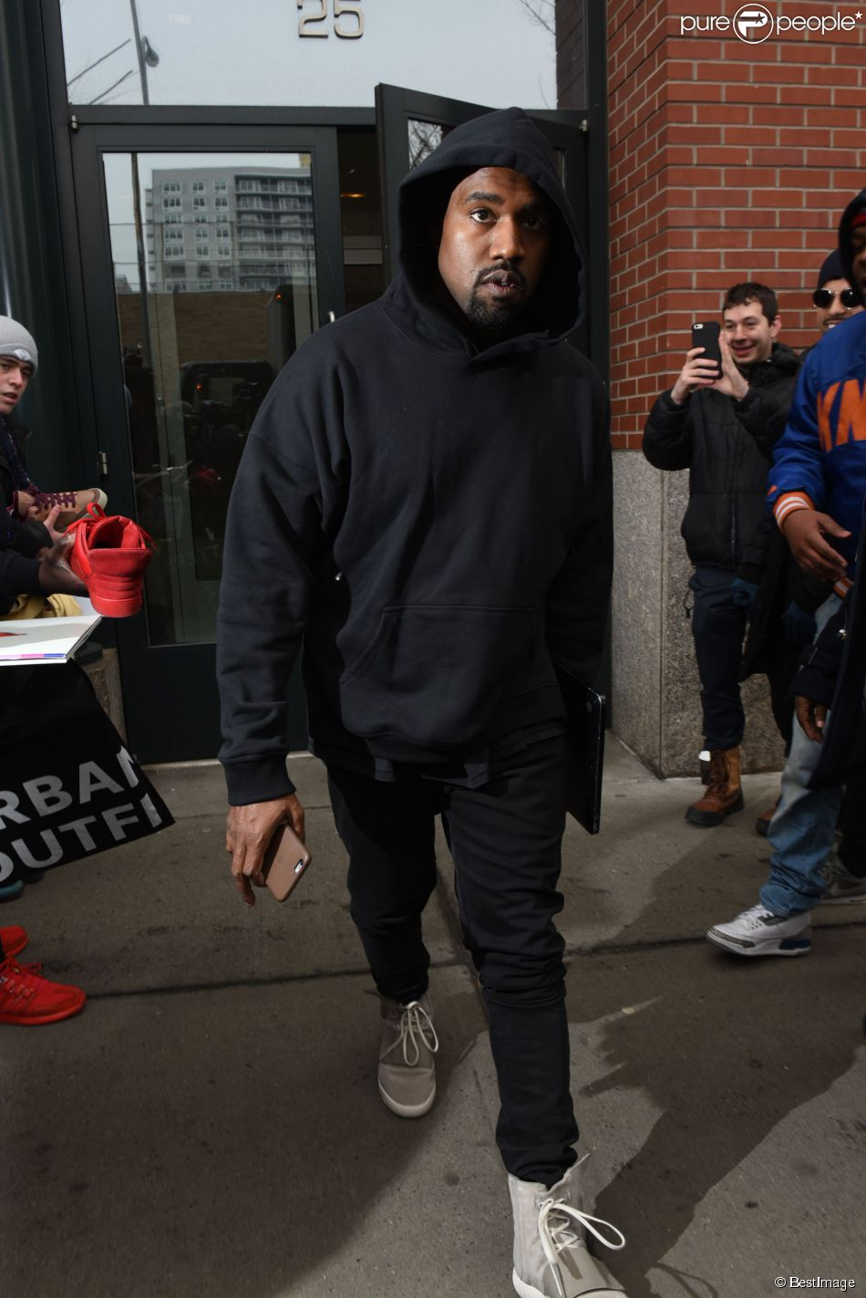Kanye West   224  la sortie de son appartement   224  New York le 12 f  233 vrier    Kanye West Son Sweet 16