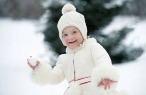 Estelle de Suède fête ses 3 ans : La princesse canaille s'éclate dans la neige !