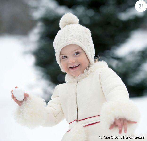 La princesse Estelle de Suède prête à lancer une boule de neige, photographiée par Kate Gabor. Photo diffusée pour ses 3 ans, le 23 février 2015.