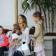 Jessica Alba en balade en famille à The Grove le 28 février 2015