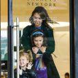 Jessica Alba est allée faire du shopping en famille chez Barney Beverly Hills le 1er mars 2014
