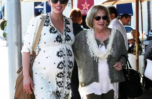 Milla Jovovich enceinte : La future maman, radieuse et épaulée par sa mère
