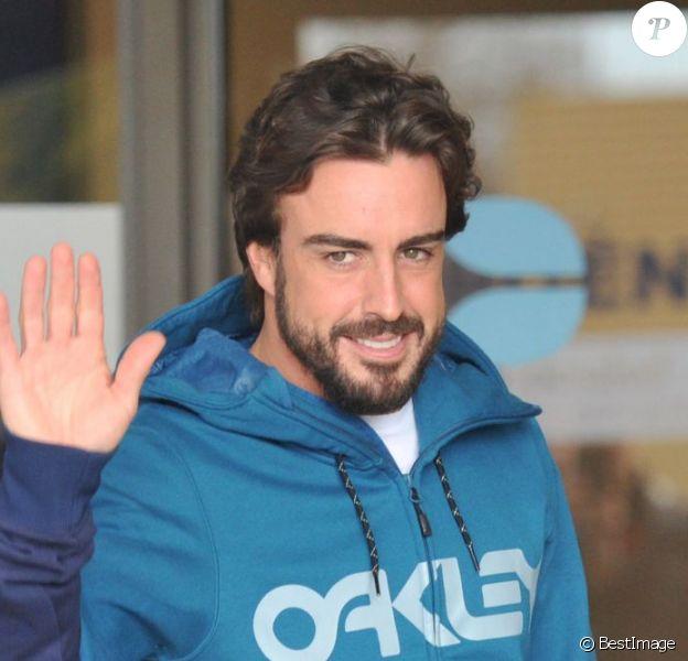 Fernando Alonso et Lara Alvarez, sa compagne, sortant de l'hôpital à Barcelone, le 25 février 2015.