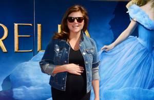 Tiffani Thiessen, enceinte, dévoile son baby bump devant Cendrillon