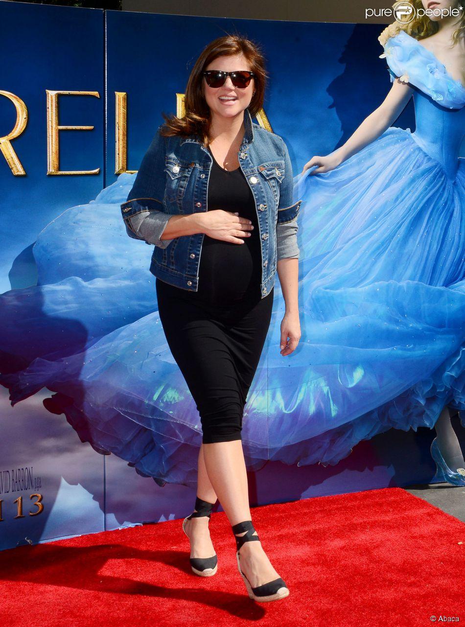 Tiffani Thiessen, enceinte, prend la pose à une projection de Cendrillon, à Los Angeles le 8 mars 2015
