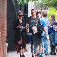 Ashlee Simpson enceinte et son mari Evan Ross se promènent à Los Angeles, le 11 mars 2015.