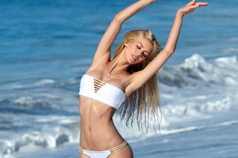 Kat Torres : Bombesque sur la plage pour se désaltérer...