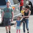 Exclusif - Ian Ziering fait du shopping avec sa femme Erin Ludwig et ses deux filles Mia et Penna – Hollywood, le 14 mars 2015