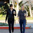 Jennifer Garner en compagnie d' une amie avec un café à la main à Los Angeles Le 13 Mars 2015