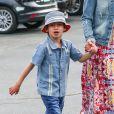 Jennifer Lopez est allé voir le film Cinderella avec ses jumeaux Max and Emme ainsi que son manager Benny Medina au Calabasas Commons de Los Angeles, le 16 mars 2015.