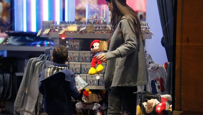 Ludivine Sagna au Disney Store à Paris le 14 mars 2015 avec son fils Elias
