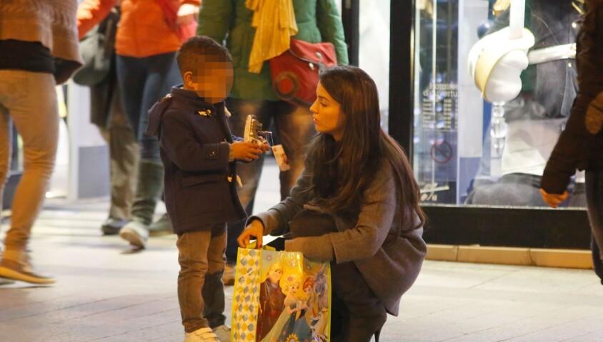 Ludivine Sagna avec son fils Elias après une session shopping au Disney Store à Paris le 14 mars 2015