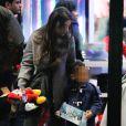 Ludivine Sagna et son fils Elias au Disney Store à Paris le 14 mars 2015