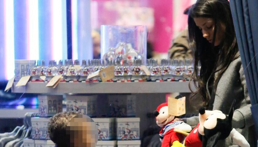 Ludivine Sagna et son fils Elias achètent quelques souvenirs au Disney Store à Paris le 14 mars 2015
