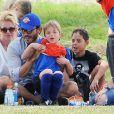 Britney Spears regarde ses fils Sean et Jayden jouer au football en compagnie de son amoureux Charlie Ebersol à Calabasas le 15 mars 2015.