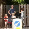 Damian Lewis et Helen McCrory ainsi que leurs deux enfants Gulliver et Manon dans un parc à Londres, le 7 aout 2013