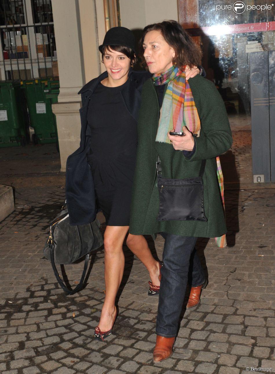 """Emma De Caunes et sa mère Gaëlle Royer quittant le Théâtre du Rond Point pendant la soirée """"Mariage pour Tous"""" le 27 janvier 2013"""